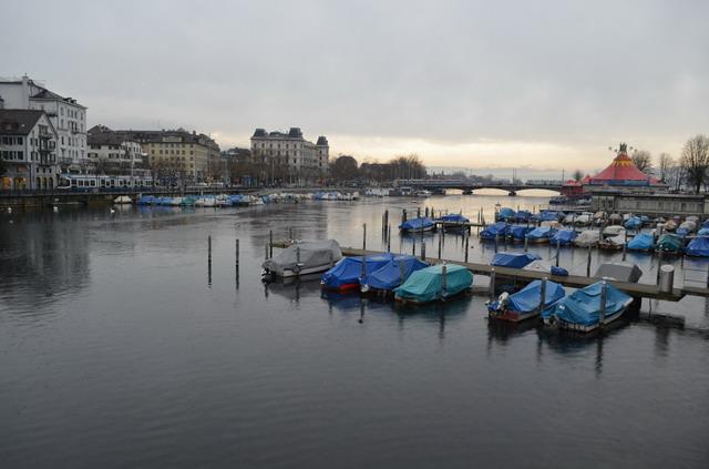 Цюрих. Лодки на реке Лиммат
