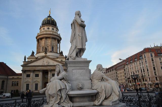 Берлин, Памятник Шиллеру на Жандарменмаркт
