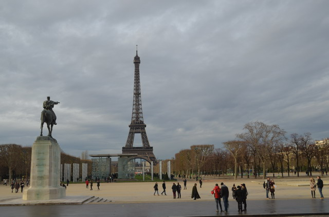 Париж. Марсово поле и Эйфелева башня