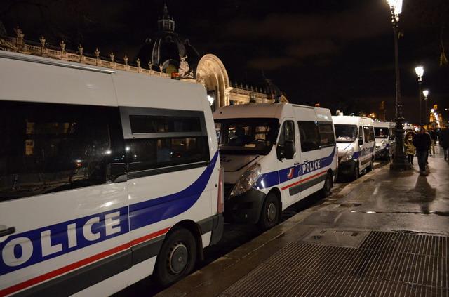 Ночной Париж. Полиция готовится к встрече Нового года