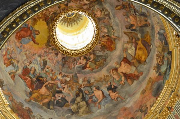 Внутри церкови Иисуса
