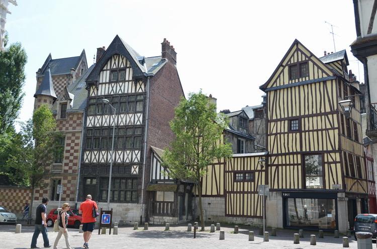 Дома перед церковью Сен-Маклу
