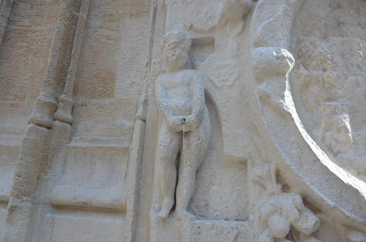 Сен-Маклу, фонтан с писающим мальчиком
