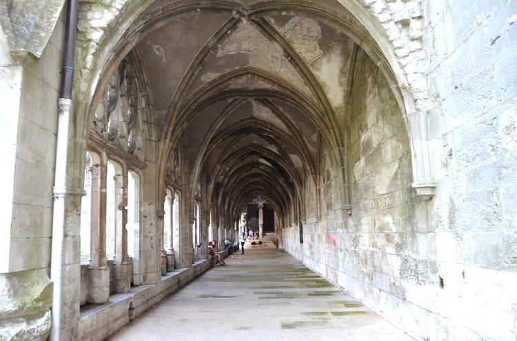 Галерея вдоль церкви Сен-Уэн