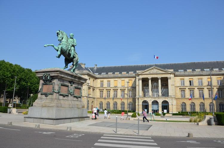 Мэрия Руана и конный памятник Наполеону