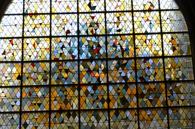 Церковь Нотр-Дам в Кане внутри. витражи