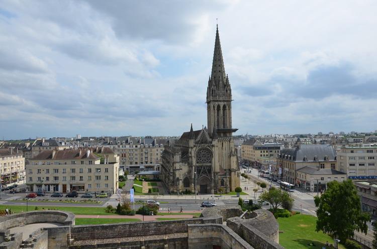 Вид на церковь Сен-Пьер со стен Канского замка