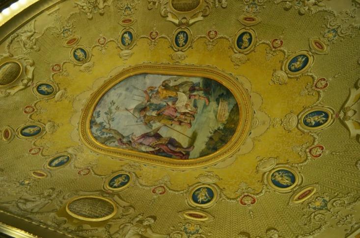 Зеркальный зал в мэрии