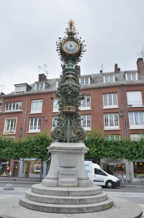 Амьен фонтан с часами