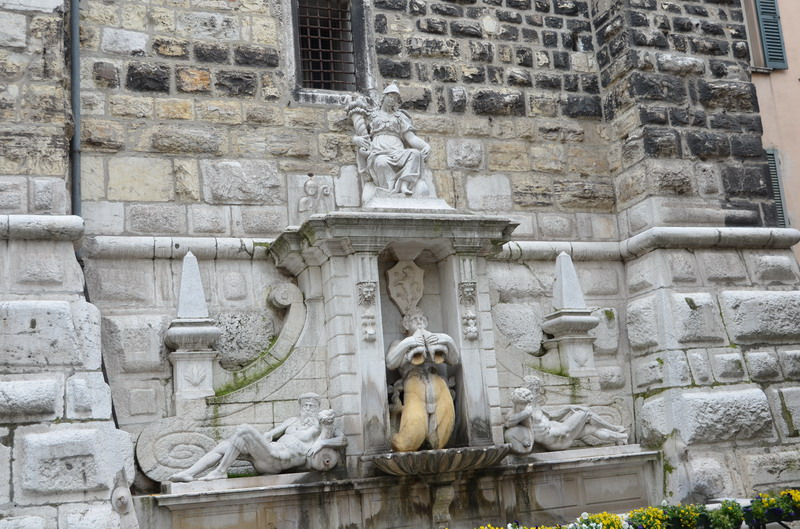 Брешиа башняТорре делла Паллата с фонтаном Бьяндоре