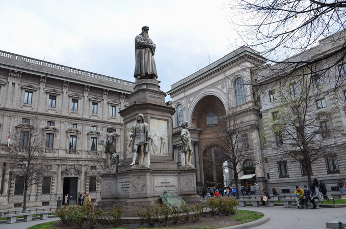 Милан. Памятник Леонардо да Винчи перед театром театром Ла Скала