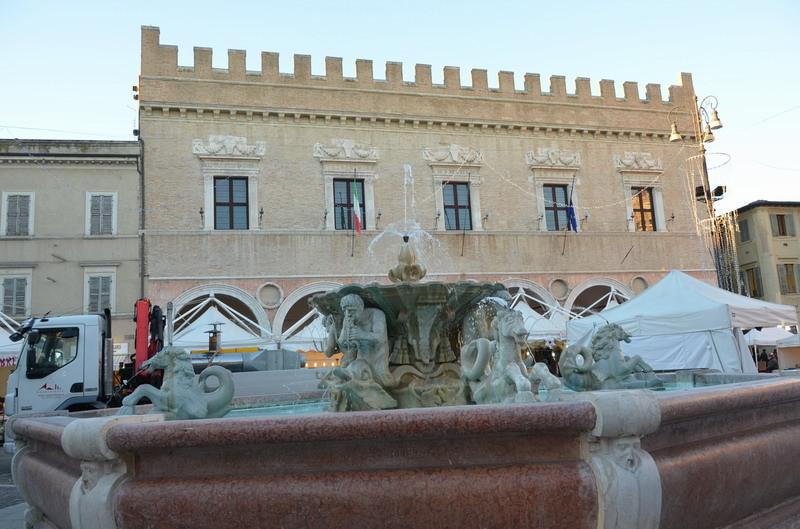 Фонтан и палаццо Дукале