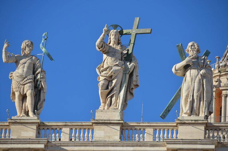 Скульптуры на карнизе собора