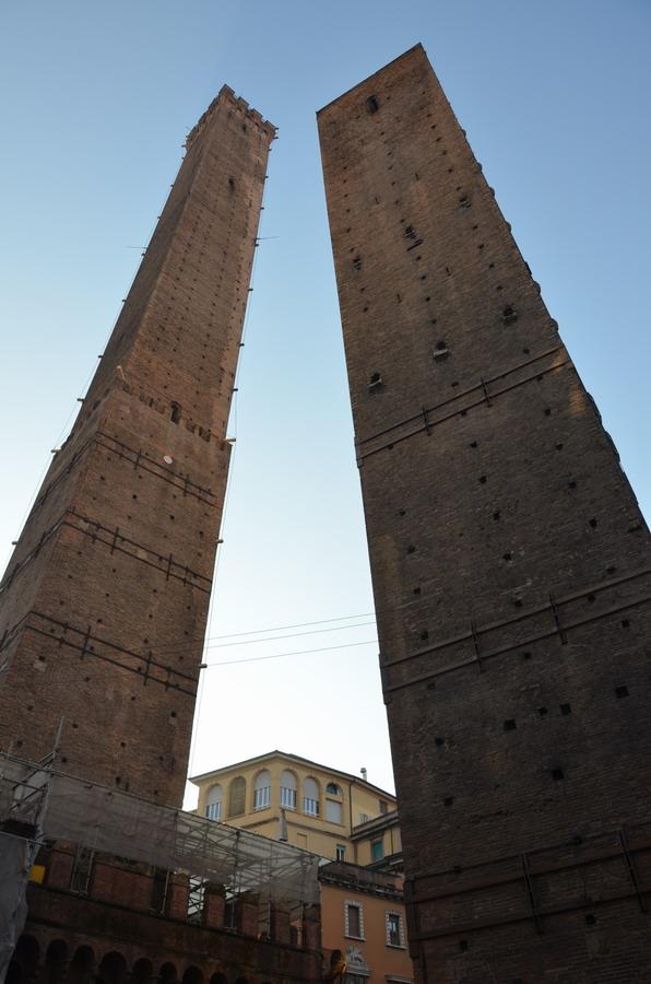 Болонья башни Азинелли и Гаризенда