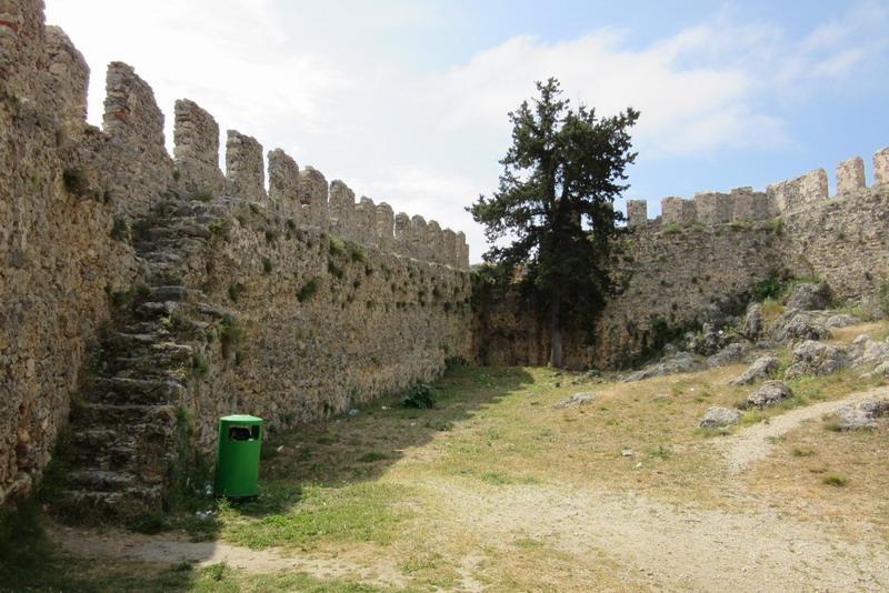 Почему-то это место мне напомнило крепость в португальском городке Обидуше. Тот же цвет камня, тишина и отрешенность.