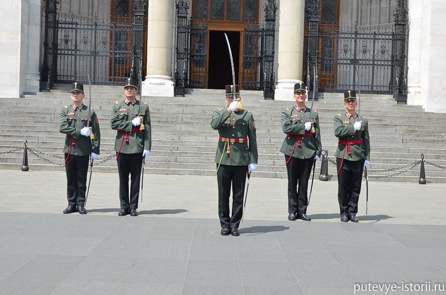Смена караула у будапештского парламента