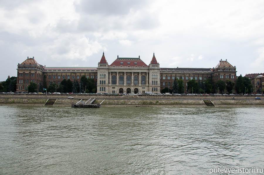 Напротив него - Будапештский университет технологии и экономики