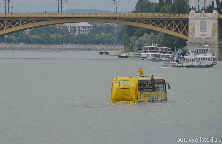 Плывущий автобус