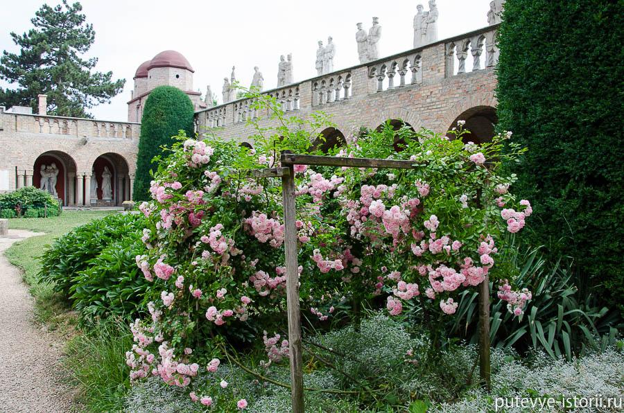 Замок Юори, внутренний двор