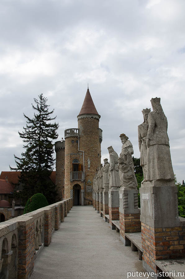 Замок Бори,Галереи со скульптурами