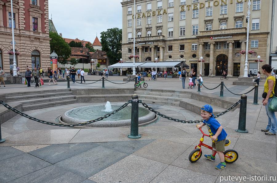 В центре площади – памятник бану Йосипу Елачичу. Правил он в середине 19-го века; одной из его заслуг была отмена крепостного права. Кстати, и слияние Градца с Каптолом в единый город Загреб произошло во время его правления – в 1851 году.