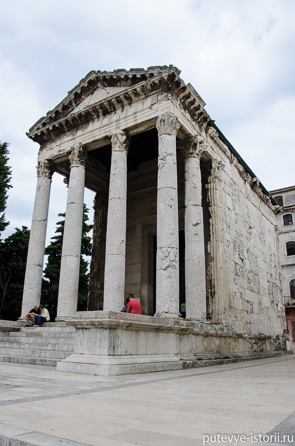 Пула храм Августа