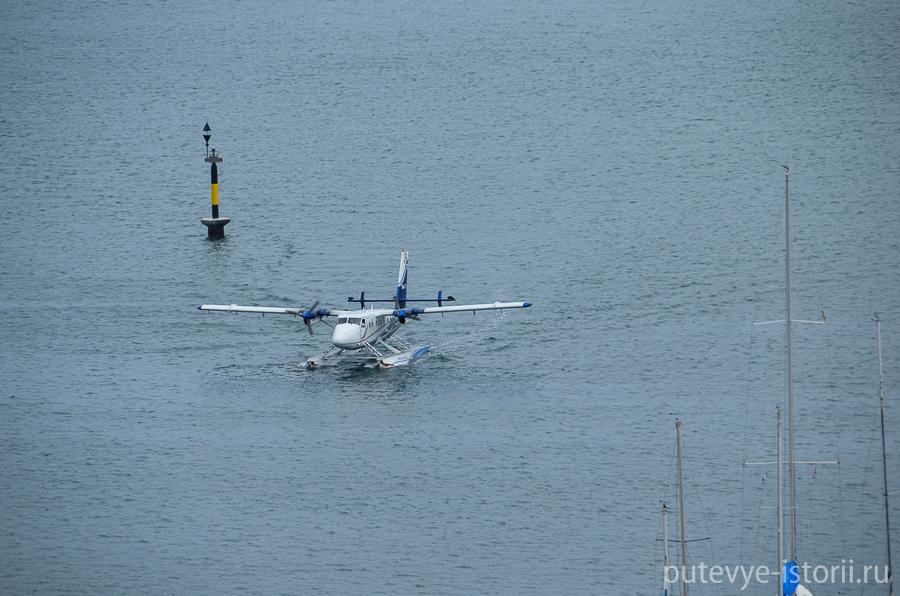 Самолет приземлился на воду