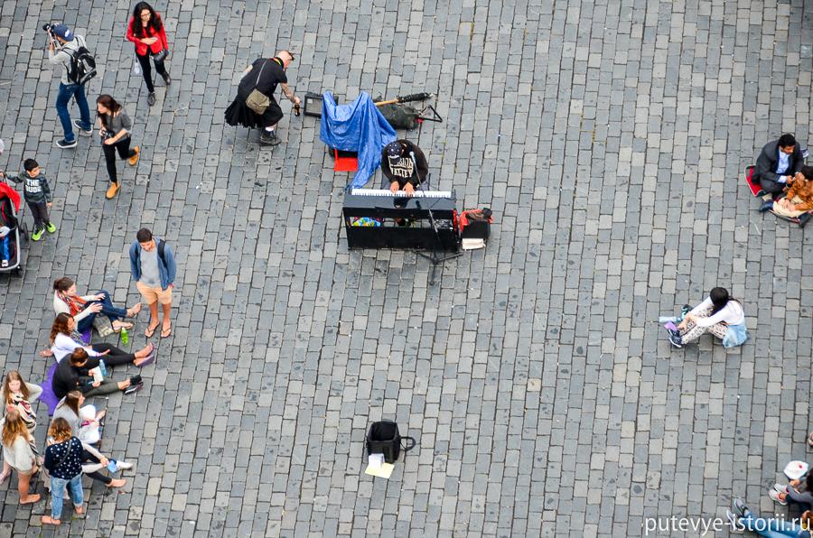 Музыкант на площади
