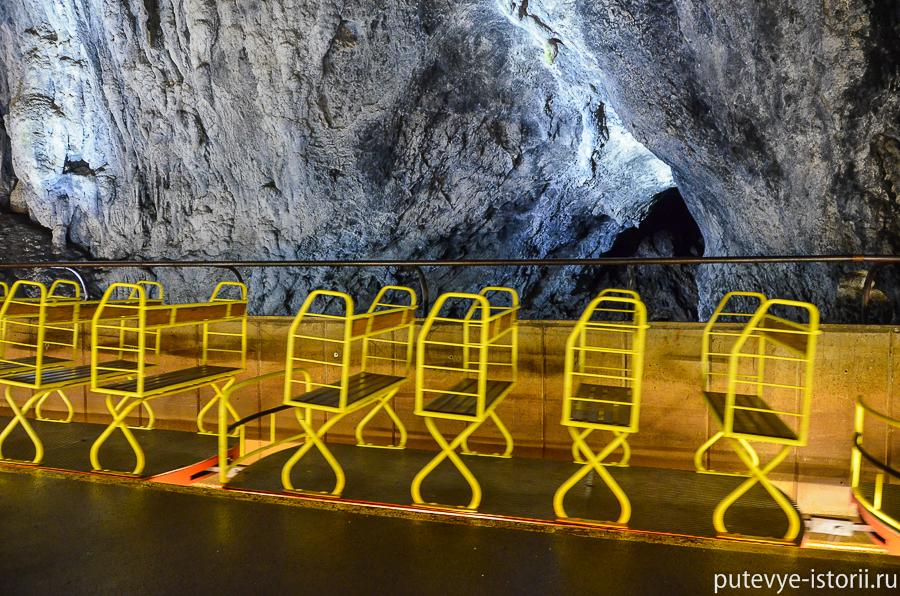 Поезд в пещере