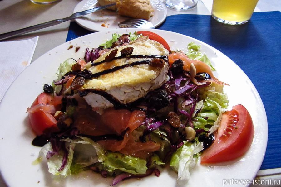 салат с горячим сыром и лососем