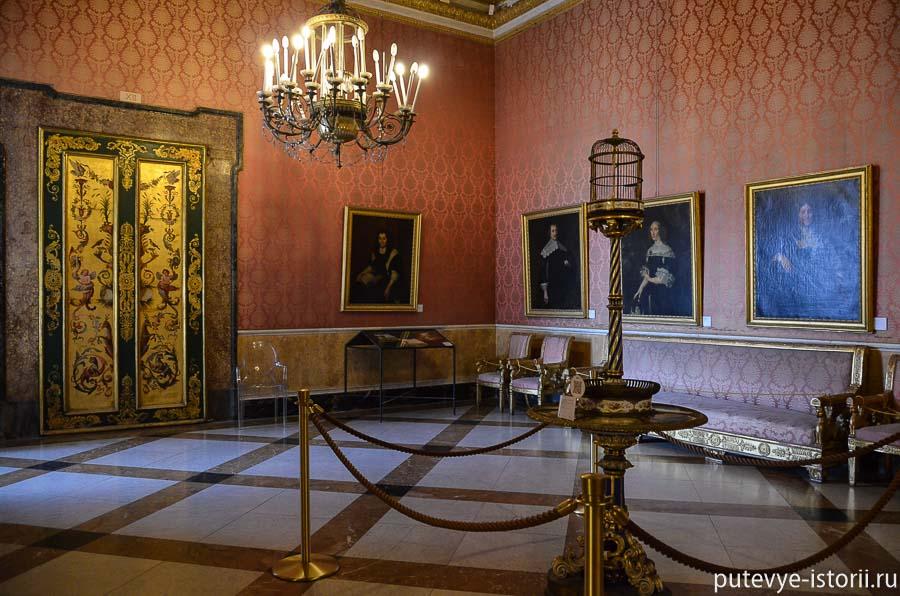 Зал с портретами представителей королевской семьи.