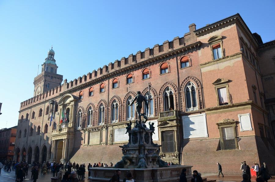 Болонья палаццо Коммунале и фонтан Нептуна