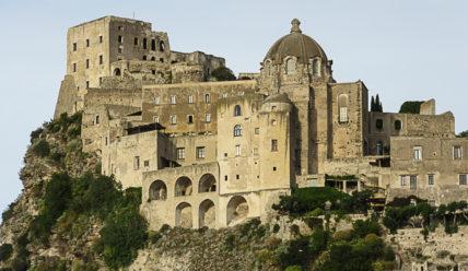 Арагонский замок Искьи: город на скале