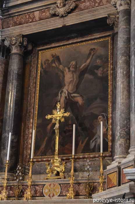 В алтаре - картина распятия Святого Андрея на косом кресте