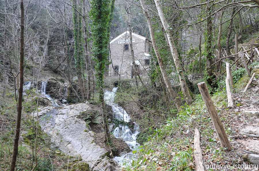 Издалека слышится шум водопада. Из-за деревьев проступает гидроэлектростанция.