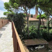 По крепостной стене вокруг Пизы