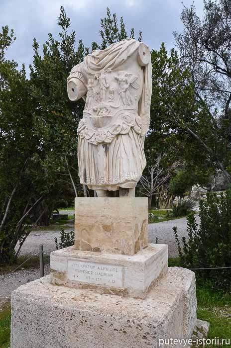 статуя Адриана на агоре афины