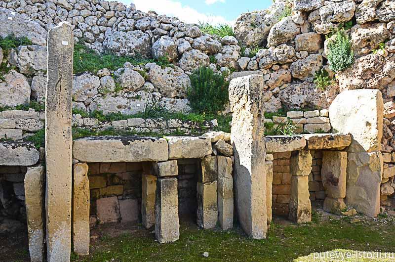Храмы имеют характерную форму, которая, как считается, повторяет форму женского тела.