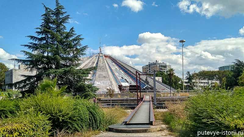 Тирана, пирамида